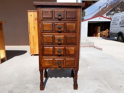 Eladó egy rusztikús stilusú ,5 fiokos tölgy  komód. Bútor szép, újszerű állapotú Ára:34900ft