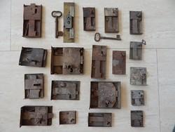 Antik ajtó,fiók zárak,