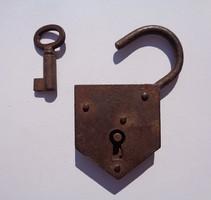 Antik működő lakat kulcsával