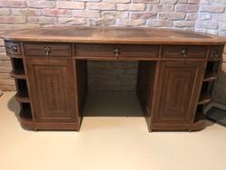 Egyedi alakú íróasztal