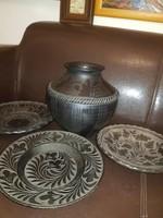 2 tányér Nádudvarról, egy bödön Karcagról, és valahonnan a környékükről egy harmadik tányér