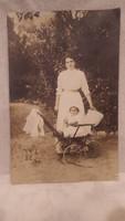 Hölgy babakocsival régi fotó képeslap