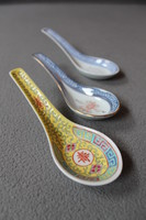 Három különböző porcelán kínai kanál