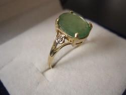 Tömör arany, hatalmas smaragd köves gyűrű 2 brill csiszolású gyémánt kővel