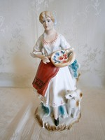 Gyönyörű jelzett porcelán nő virágkosárral és báránnyal 23 cm magas