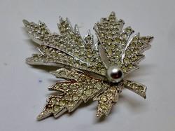 Szép  régi jelzett ezüstözött bross,fehér kristályokkal