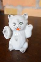 Karikával játszó porcelán cica