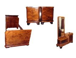 Hálószoba bútor 5db-ból áll 2 ágy, 2 éjjeli szekrény, 1 toalett tükör