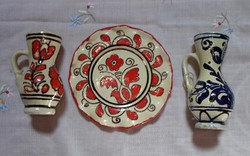 Korondi kerámia falitányér és kis bokály (népi falidísz)