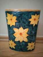 Kèzzel festett kerámia váza.