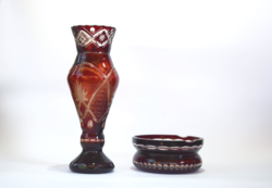 Csiszolt vörös üveg váza és hamutartó