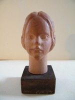 Jelzett női fej mini kerámia, terrakotta szobor
