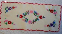 Kézzel hímzett virágos terítő 36 x15cm