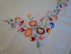 Kézzel hímzett tavaszi mintás nagy asztal terítő 118x95cm