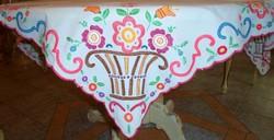 Kézzel hímzett tavaszi mintás nagy asztal terítő 138x124cm