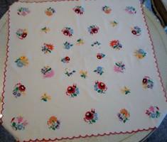 Kézzel hímzett virágos terítő 83x83cm
