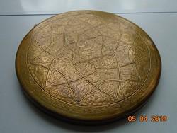 Perzsa-iszlám díszesen véset nehéz réz falitál-széles peremmel-26,5x1,8 cm,-600g