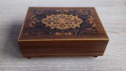 Zenélő fából készült ékszertartó