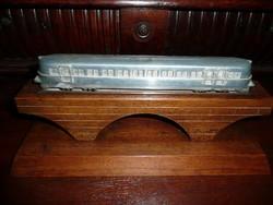 Mozdony gyűjtők figyelem! A Hargita Motorvonat fém asztali makettje az 1930-as évekből fa talpazaton