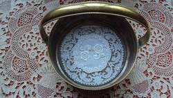 Antik,sárgaréz füles kínáló(kosár)tál,üveggel védett,antik,vert csipkebetéttel.