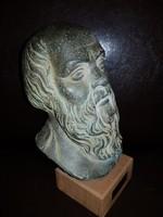 Bronzírozott kerámia/biszkvit szobor, fa emelvényen.
