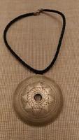 Ezüstözött 8 cm átmérőjű medál
