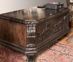 Fa íróasztal faragott díszítéssel