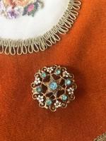 Filigrán zománc festett kék köves réz bross