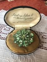 Bizsu bross zöld kövekkel