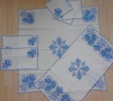 Kézimunka garnitúra kék hímzéssel