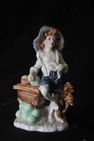 Színes porcelán kalapos fiú figura