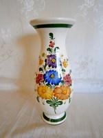 Gyönyörű, jelzett, kézzel festett majolika / kerámia váza 23 cm magas