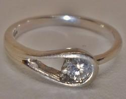 Csodálatos tömör platina gyűrű brill kővel