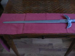 Díszkard 78 cm hosszú metal díszes markolattal. Falra akasztható. Hibátlan.