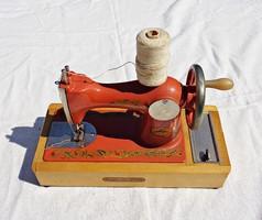 Szovjet működőképes mini varrógép dobozában