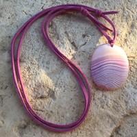4 cm-es Rózsaszín matt Achát medál hasított bőrszálon