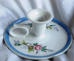 Régi porcelán gyertyatartó, nem jelzett, 6, 5 cm magas, átmérő 15 cm.