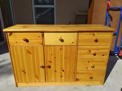 Eladó egy 6 fiokos , 2 ajtos  fenyő komód. Bútor újszerű állapotú.