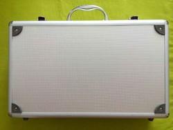 Új érmetartó bőrönd 5 db tálcával és kulcsokkal/id 7452/