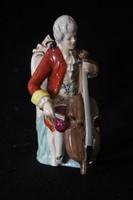 Csellózó férfi porcelán figura