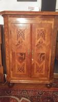 Két ajtós intarziás ruhásszekrény