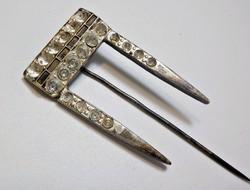 Kőhiányos art deco ezüstözött kitűző