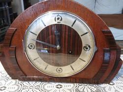 Jól működő Junghans kandalló óra ,egy hétig jár ,feles ütős ,különleges tokban ,szervizelt !!!