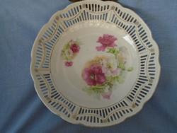 XX. sz. elejéről származó áttört mintás porcelán asztalközép kínáló