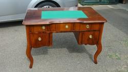 Kisméretű neobarokk íróasztal.