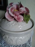 Dombormintás bonbonier egyedi, gyönyörű porcelán virágokkal!