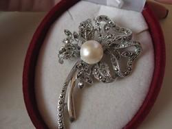 Klasszikus igazgyöngy és markazit csokros tömör ezüst bross