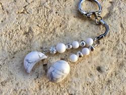 Tejkvarc ásvány és fehér Howlit Hold Kulcstartó