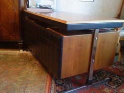 Íróasztal (párnázott, fémlábas, időtálló)