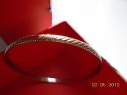Dombor nagyobb csavart mintás aranyozott fém karperec